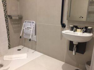 das-bad-ist-rollstuhlgerecht-ausgestattet