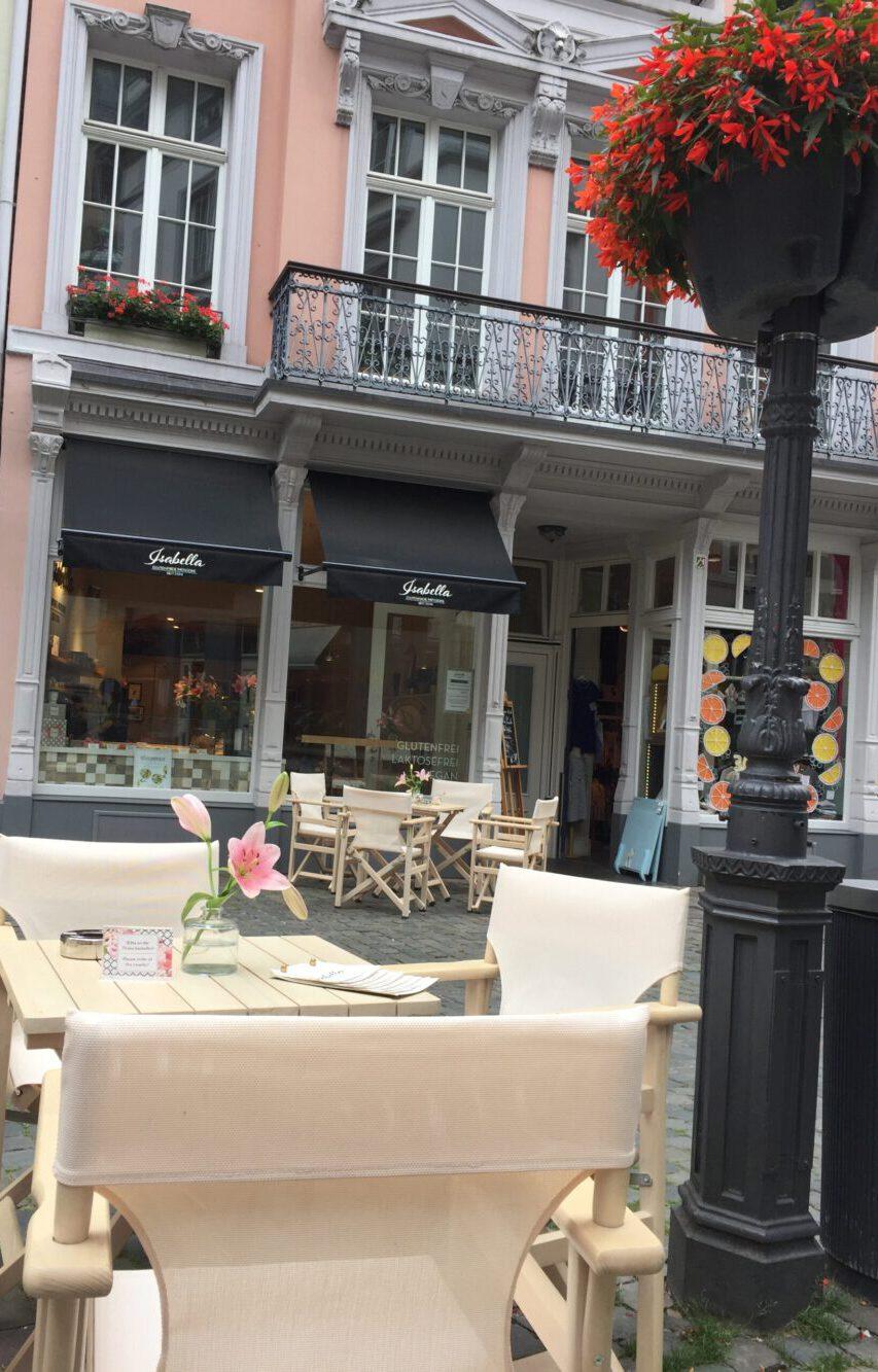 nicht-nur-in-zeiten-von-corona-viel-platz-café-isabella-mit-außenterasse
