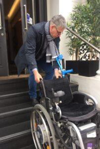 mein-Mann-trägt-den-Rollstuhl-die-Treppe-rauf-rollstuhlgrecht-ist-das-nicht